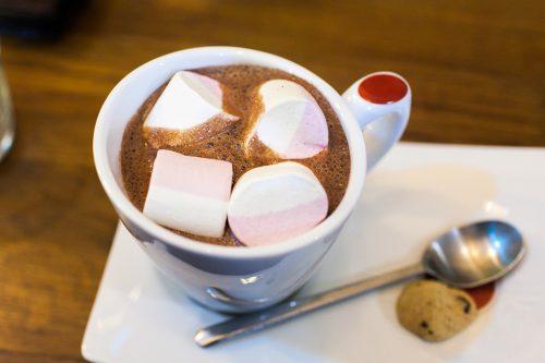 Горячий шоколад с маршмеллоу (зефиром)