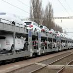 ЖД-состав с автомобилями на вокзале