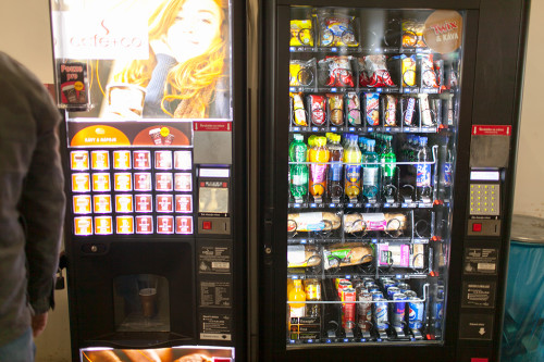 Автомат с напитками и багетами